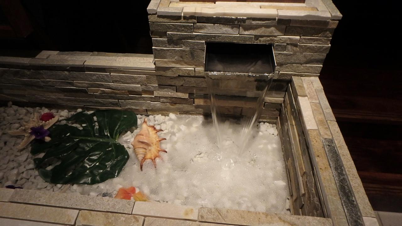 水の滴る壁泉